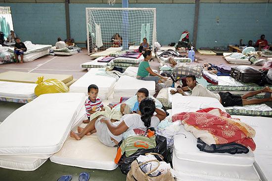Famílias dormem em colchões após serem retiradas de casa durante reintegração de posse no interior de SP