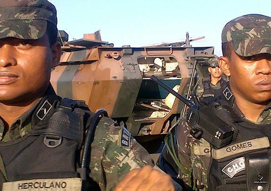 Homens do Exército fazem cerco a Assembleia Legislativa da Bahia, local onde estão policiais militares em greve