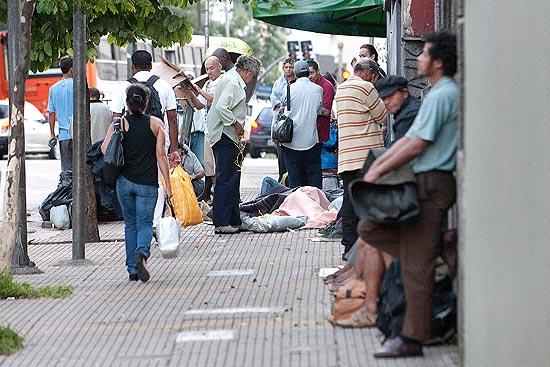 Moradores de rua aguardam para tomar o cafe da manhã em ONG nos Jardins (SP)