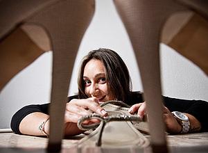 A pesquisadora Aline Braga, que usa chinelo em casa para evitar reclamações