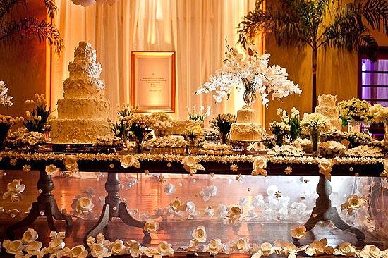 Toalha de mesa de flores de origami, produzida por Verônica Jamkojian para uma festa