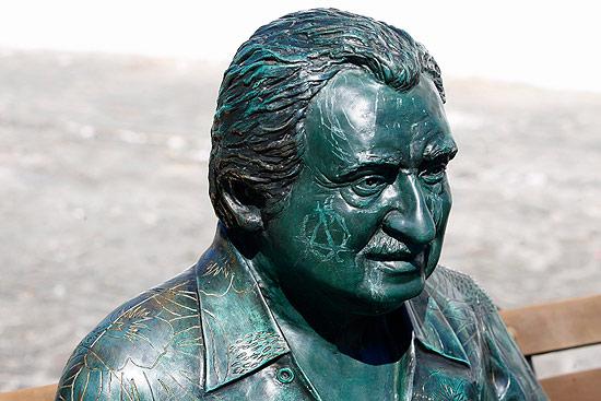 Escultura em homenagem a Jorge Amado teve o rosto rabiscado anteontem em Salvador