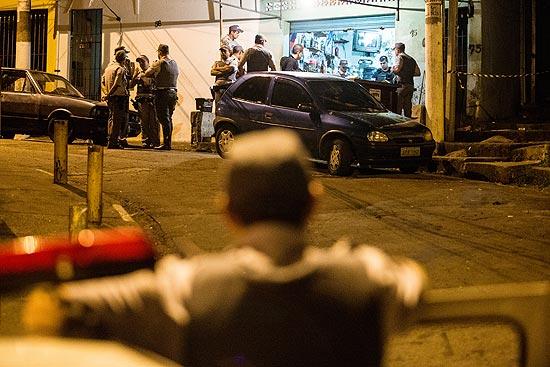 Policiais na rua onde seis pessoas foram mortas a tiros na primeira chacina registrada neste ano em SP