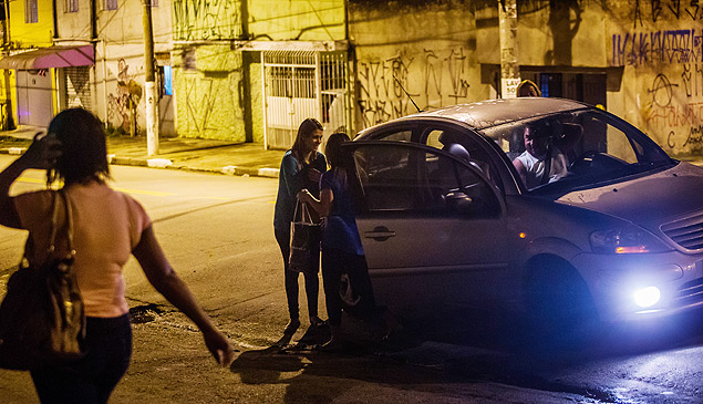 Carro deixa mulheres em ponto de ônibus na rua São Caetano do Sul, Grajaú, zona sul