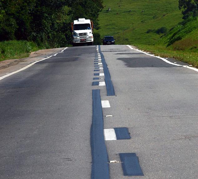Tinta preta usada na Fernão Dias em 2009 para cobrir sinalização antiga na rodovia