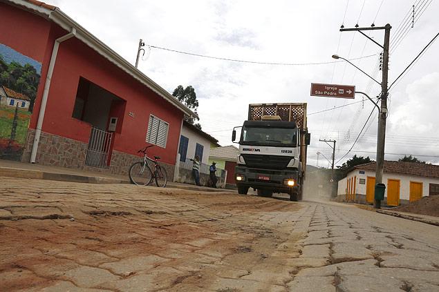 Caminhão transportando eucaliptos passa por rua de São Pedro de Catuçaba, no interior de SP