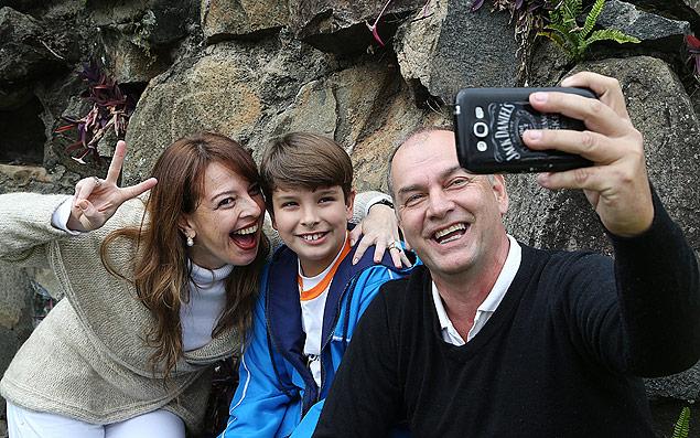 Carolina Emiliana, 38, e o ex-marido, Martin de Eman, 49, abraçados pelo filho Martin, 8