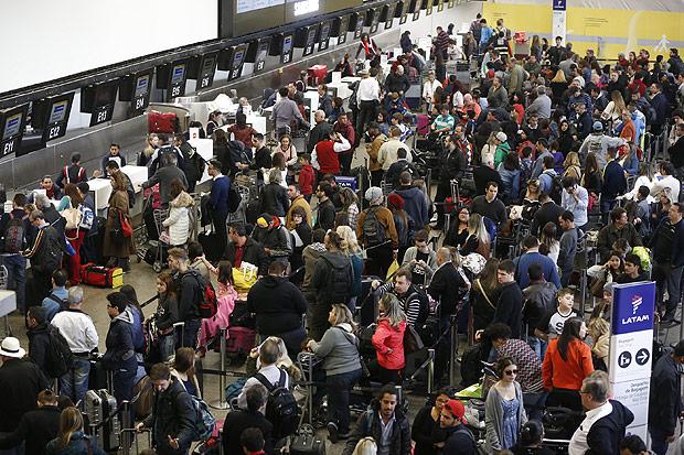 Passageiros enfrentam fila para fazer check-in no aeroporto de Guarulhos