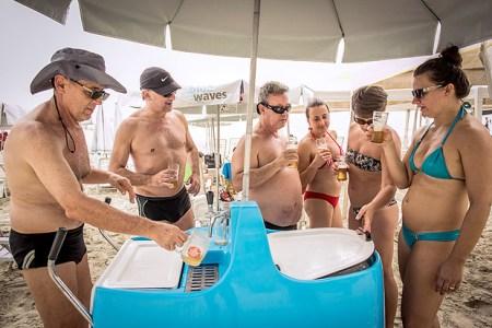 Bertioga, SP, BRASIL, 10 -12-2016: Na foto, o grupo de amigos que possuem apartamento na praia da Riviera de São Lourenço, comprou um carrinho de Chopp para levar para a praia. Na foto (esq p dir): Osvaldo Junior (61), João Carlos (59), Henri Mendes de Castro (53), Angela Ferrini (53), Renata Vieira (45) e Gabriela Ost (42). (Foto: Bruno Santos/ Folhapress) *** COTIDIANO *** EXCLUSIVO FOLHA***