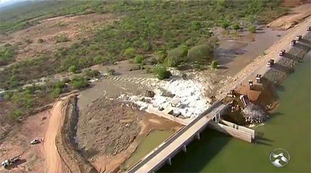 Prefeitura remove famílias após barragem recém-inaugurada vazar na região de Sertânia, em PE