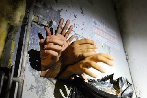 SÃO JOSÉ, SC, BRASIL, 26/06/2013. Uma situação considerada pelo Ministério Público como flagrante violação dos Direitos Humanos está acontecendo, mais uma vez, na carceragem da 2ª DP de São José. Em uma cela interditada há um ano pela Justiça, sem luz, ar, água nem higiene, oito presos provisórios estão detidos há dias. Um deles passou mal nesta quarta-feira e foi atendido pelo Samu. A cela foi interditada em julho de 2012, pelos mesmos motivos. (Foto: Daniel Conzi / Agência RBS) **RS e SC OUT** *** PARCEIRO FOLHAPRESS - FOTO COM CUSTO EXTRA E CRÉDITOS OBRIGATÓRIOS ***