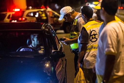 Policiais param motorista durante blitz na av. Marques de São Vicente, zona oeste de São Paulo