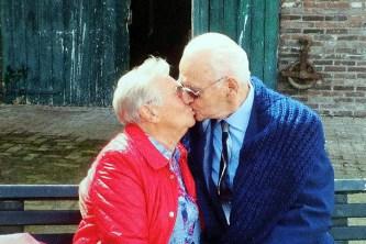 Reencontro de Klaas Prins com Geerte Valk na Holanda, após ficarem 72 anos separados