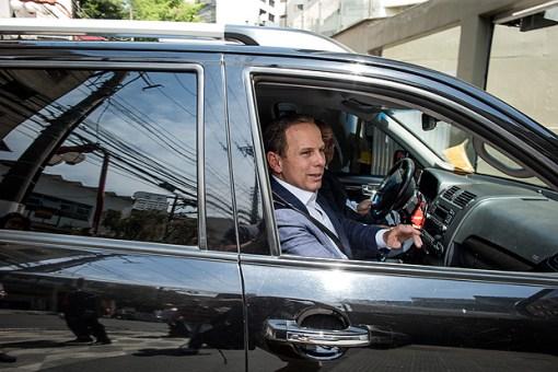 SAO PAULO, SP, BRASIL,22-09-2017: No Dia Mundial sem Carro, o Prefeito de Sao Paulo Joao Doria (PSDB) foi ao trabalho trabalho de ônibus,.publicou fotos e vídeos do trajeto em suas redes sociais. Mas no evento Solidariedade, no bairro da Liberdade, chegou de carro. (Foto: Bruno Santos/ Folhapress) *** FSP-COTIDIANO *** EXCLUSIVO FOLHA***