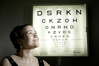 """Danielle Macedo, 37, sofreu acidente de carro há três anos e precisou fazer """"ginástica"""" para voltar a normalizar a visão"""