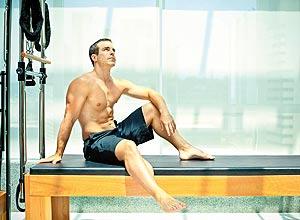 """O instrutor Tim Fleisher, que adapta o pilates para homens, trocando o nome do exercício de """"sereia"""" para """"escavadeira"""""""