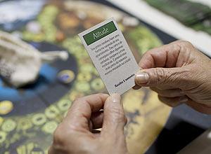 As cartas do jogo podem sugerir debates sobre formas de proteger os ecossistemas ou estimular ações