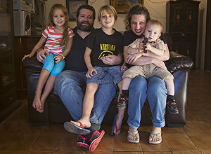 Melissa e sua família em sua casa, em Itatiba; ela amamentou todos os filhos no peito