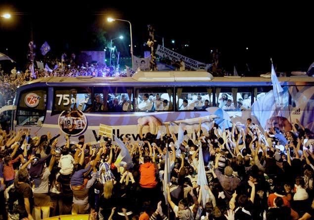 Multidão recebe jogadores da Argentina, em Buenos Aires