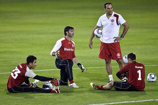 Clemer (em pé) conversa com os goleiros do Inter durante treino em Abu Dhabi