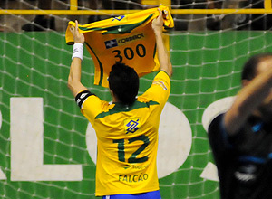 Falcão comemora gol 300 na vitória do Brasil