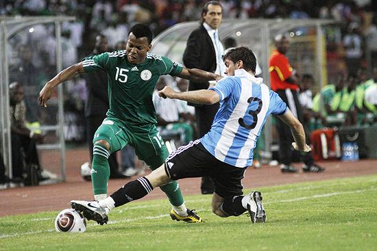 Nigeriano Uche Ikechukwu passa pelo argentino Insua Emiliano