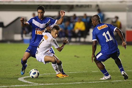 Neymar disputa bola contra dois adversários do Cruzeiro, no último sábado, na Vila