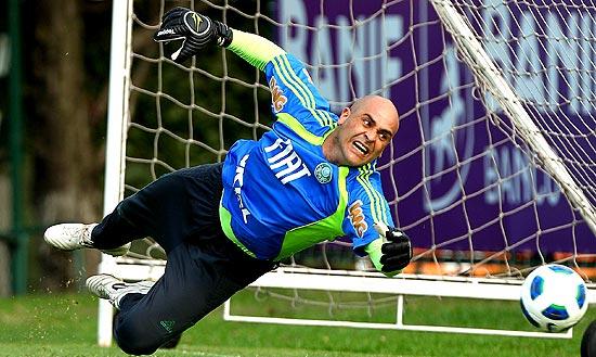 Marcos faz defesa em treino do Palmeiras; clique na foto e veja imagens da carreira do goleiro