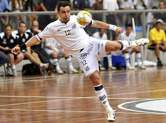 Ivan Storti tenta a finalização durante jogo do Santos