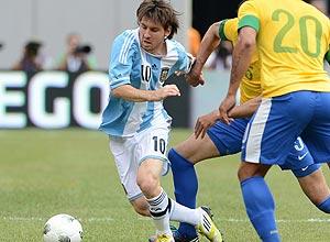 Messi passa pela marcação brasileira na partida nos EUA