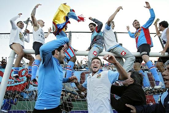 Os jogadores do Arsenal comemoram o título do Clausura 2012 após vencer o Belgrano por 1 a 0