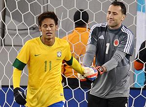 Neymar recebe o apoio do goleiro rival após perder pênalti