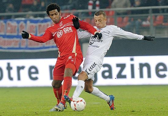 Gil (esq.) durante jogo entre Valenciennes e Reims no início de dezembro