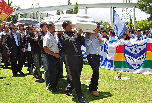 Parentes e amigos de Kevin Espada participam do seu enterro em Cochabamba, na Bolívia
