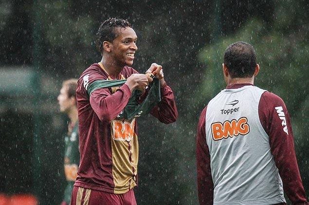 O atacante Jô participa de treino do Atlético-MG. Time enfrenta hoje o São Paulo