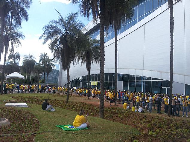 Fila de torcedores para retirar os ingressos para o jogo de abertura da Copa das Confederações