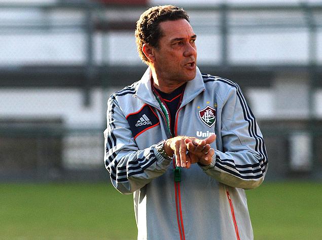 Vanderlei Luxemburgo gesticula durante treino do Fluminense