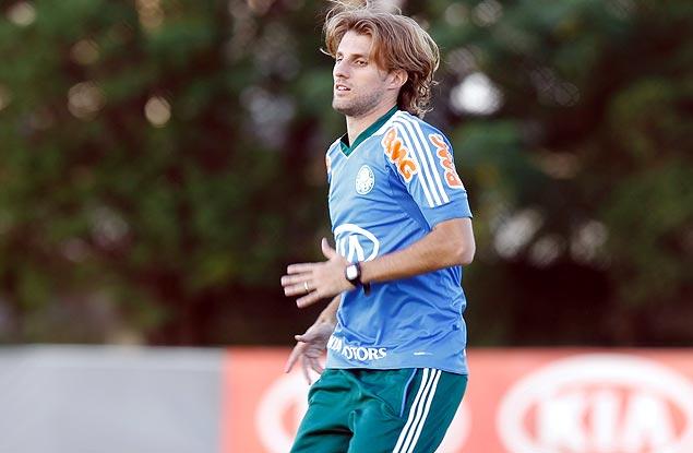 O zagueiro Henrique durante treinamento do Palmeiras