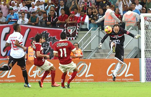 Rogério Ceni chuta a bola durante Náutico x São Paulo, pelo Campeonato Brasileiro