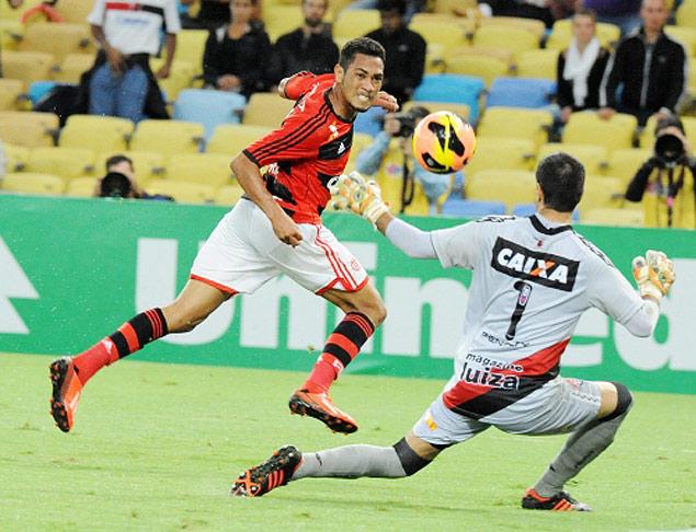 Hernane finaliza durante jogo do Flamengo