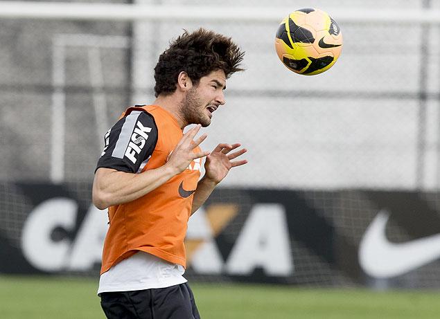 O atacante Alexandre Pato treina no Corinthians