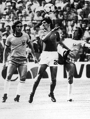 Rossi disputa bola entre Oscar (esq.) e Falcão