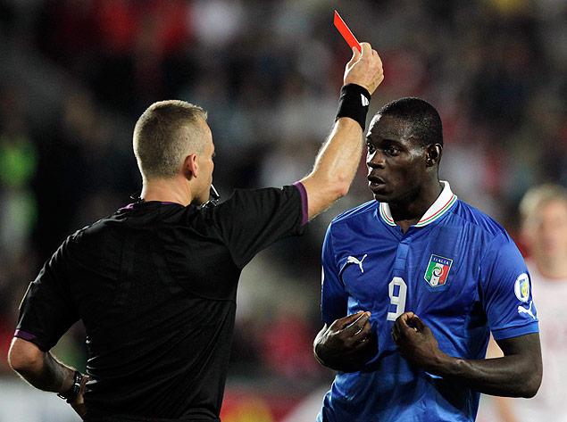 O jogador italiano Mario Balotelli recebe cartão vermelho durante jogo contra a República Tcheca
