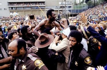 A SWAT team surrounds New York Cosmos' Pele as he is congratulated by Cosmos fans after their 2-1 victory (Photo by Peter Robinson/EMPICS via Getty Images) ***DIREITOS RESERVADOS. NÃO PUBLICAR SEM AUTORIZAÇÃO DO DETENTOR DOS DIREITOS AUTORAIS E DE IMAGEM***Pelé se aposentou aos 36 anos sendo ovacionado pelo público em Portland (EUA)
