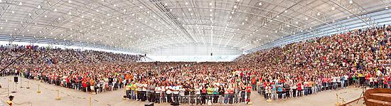 """CACHOEIRA PAULISTA - SP - 16.07.2011 - O acampamento """"PHN"""" organizado pela Cancao Nova, entidade ligada a igreja catolica, que segundo a organizacao do evento recebeu 100 mil jovens catolicos. O acampamento durou 3 dias e contou com apresentacoes musicais, circo, espetaculos de danca, feiras, alem de diversas missas. (JOAO BRITO/FOLHATEEN) ***EXCLUSIVO FOLHA***"""