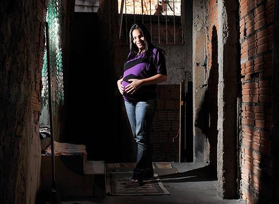 """SO PAULO, SP, BRASIL,-- 04/08/2011, 14h00 : GRAVIDEZ NA ADOLESCNCIA / Retrato de Tauany Ferreira Torres, 16 que est grvida de sete meses - e feliz com a condio. Tem enxoval e tudo para a pequena """"Micaele Vitria"""". (Foto: Karime Xavier/ Folhapress.( FOLHATEEN).***EXCLUSIVO***"""