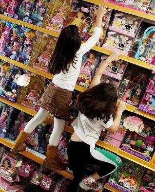 ORG XMIT: 040601_1.tif Isabella Bueno Abbud (à esquerda) e Giulia Moraes Gomes observam uma boneca em loja de brinquedos em São Paulo (SP). Estudos e oficinas realizadas pela Folha de S. Paulo chegaram à conclusão que bonecas e acessórios são os brinquedos prediletos das meninas e que os meninos preferem ganhar videogames e carrinhos. (São Paulo (SP). 20.09.2006. Foto de Renato Stockler/Folhapress)