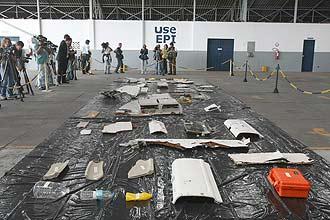 Peças e objetos retirados do Atlântico durante buscas ao avião que fazia o voo 447 da Air France são mostrados a jornalistas