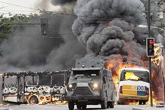 Traficantes queimam veículos na zona norte do Rio e derrubam helicóptero da Polícia Militar; dois policiais militares morreram