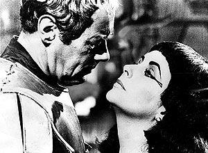 """Rex Harrison e Elizabeth Taylor em cena do filme """"Cleópatra"""", um dos clássicos de Liz; veja mais fotos"""